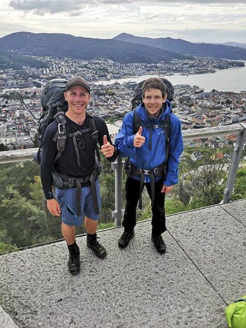 NESTEN FRAMME: Bernt Ole Sprakehaug (t.v.) og Tom Thon Korsgård nådde Bergen søndag 19. august. Siste etappe gikk fra Fløyen og ned til sentrum.FOTO: Privat