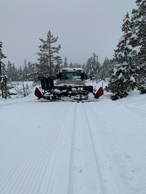 Løypemaskinen har gått for fullt på Norefjell i ettermiddag. Og nå kan du gå på ski der også. Både klassisk og skøyting.