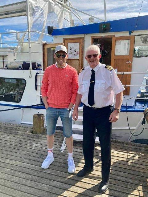KAPTEIN PÅ SKUTA: Skipper og ordfører, Knut Martin Glesne hadde forelden dag rådmann Stig Rune Kroken i Krødsherad med som passasjer på «MS Kryllingen.»