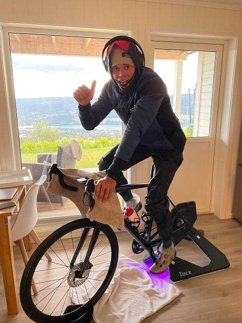 VARMT: Terrengsyklisten Erik Hægstad trener med dunjakke, ull og lue midt på sommeren.