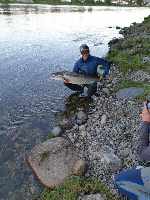 STOLT FISKER: Nicolai med 18 kilos laksen. Han bor bare 200 meter fra Hellefossen.