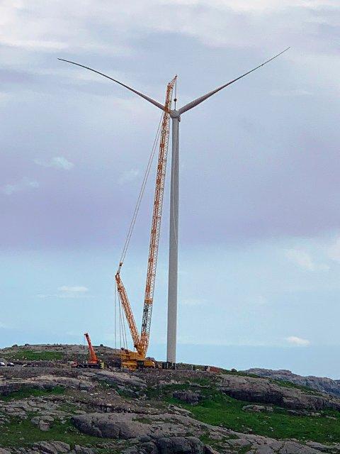 MILEPÅLE: Den første vindmølla i Bjerkreim vindpark er komplett.