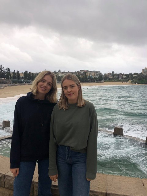 KJENNER SEG TRYGGE: Søstrene Oda og Nora Nevland prøver foreløpig ikkje å koma seg heim frå Sydney. Det ville mest sannsynleg vore nyttelaust uansett - og iallfall veldig dyrt.