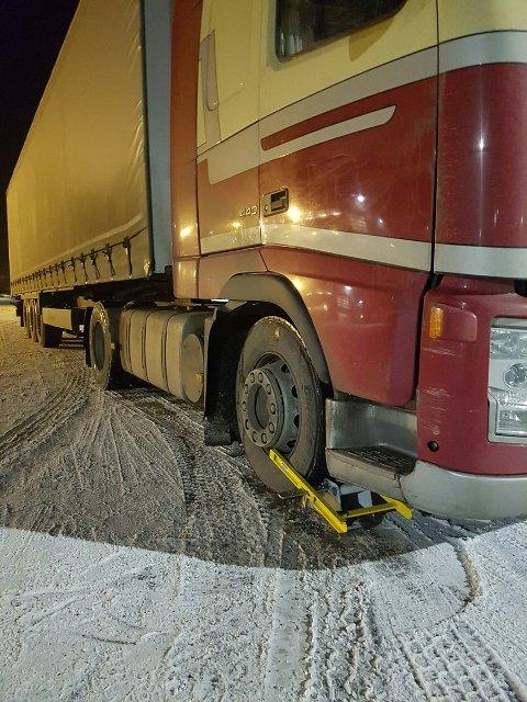 Det estlandske vogntoget hadde så og si ingen bremser bak på den ene siden. Vegvesenet satt på hjullås i påvente av at bremsene blir reparert.