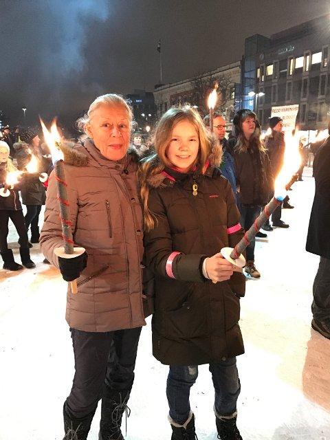 TO GENERASJONER: Bestemor Eva Løvgren har gått i protesttog da hun var ung, mens det er første gang for Matilda Løvgren (13). – Vi har ingen andre åpne plasser på Strømsø som er så flotte for alle i byen, sier de.