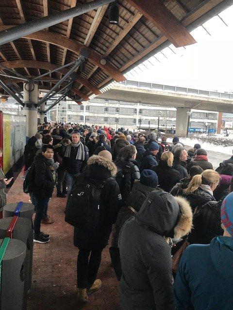 KØ: Venter på bussen på Asker stasjon