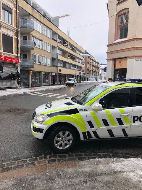 ØDELA MARKISE: Takraset ødela en markise utenfor Snappys grill på Strømsø.