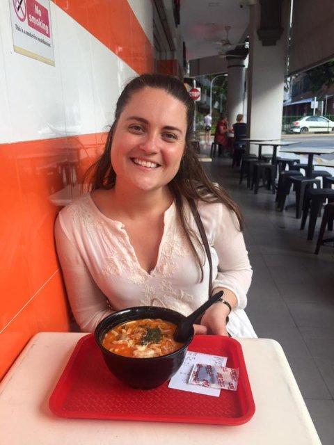 TIL SINGAPORE MED RØKKE-PENGER: Kristin Graf Verpe (24) får studietiden i Singapore betalt av familien Røkke. Her er hun i det som etter sommeren blir hennes nye hjemland. Maten er et av høydepunktene i landet, og drammenseren spiser her retten laksa.