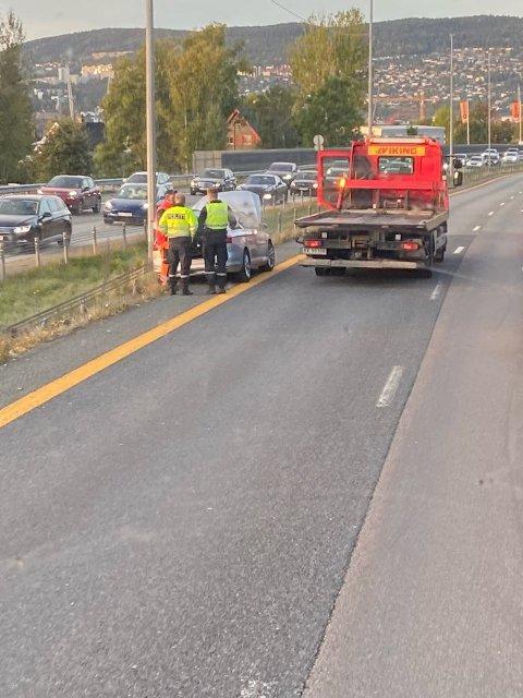 En mannlig sjåfør i 20-årene er fraktet til legevakta etter en ulykke på E18 ved Kjellstad.