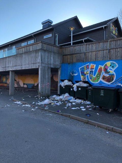 FULLT: Slik så det ut da en nabo gikk tur ved Senterbarnehagen FUS på Fjell på søndag.
