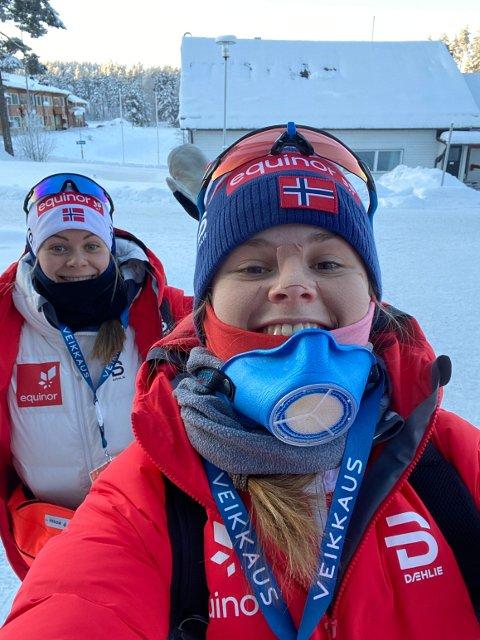 I FINLAND: Tiril Liverud Knudsen fra Konnerud er på plass i finske Vuokatti. Her med lagvenninne Hedda Østberg Amundsen. Duoen må følge en rekke koronarestriksjoner under mesterskapet.
