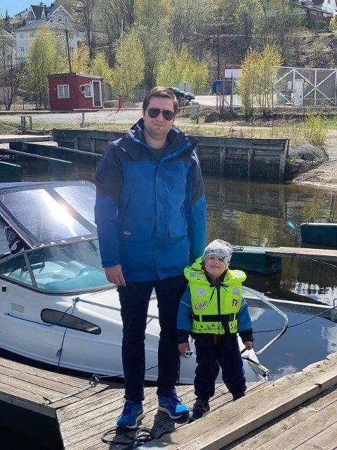 BÅTLIV: Thomas Skjønberg (31) fra Drammen og familien, her ved sønnen Nicklas (3) var blant dem som gikk til innkjøp av båt i fjor.