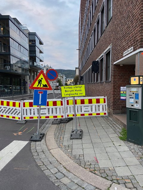 Fortauet i Amtmann Blomsgate på Bragernes er stengt. I følge skiltingen oppfordres de gående å benytte Hans Langbachsvei – som ligger på Åskollen.