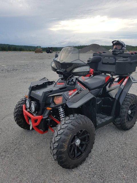 Bilde av ATVen som ble stjålet i Rausjøveien fredag. Da den ble stjålet hadde den brøyteskjær foran, men dette er trolig tatt av. Foto: Privat