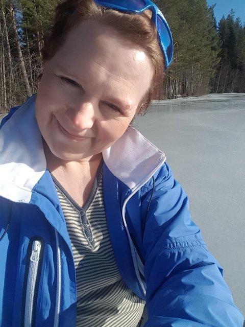 Randi Tverbakk nyter påskesola på isen i Aurskog.