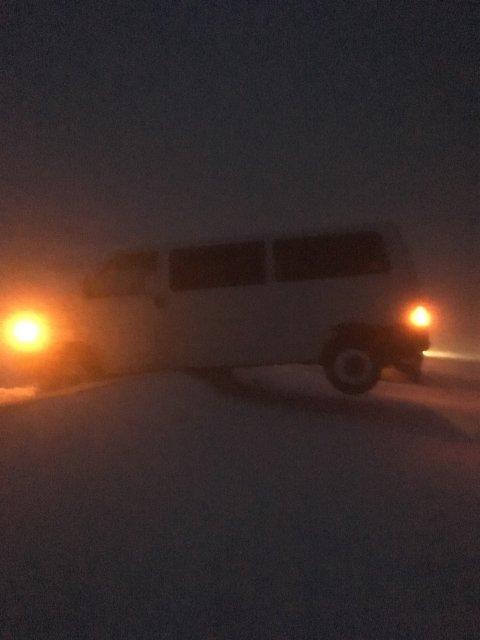Har kjørt av veien: Det foregår akkurat nå bilberging mellom Mannskarvika og Reinelva.