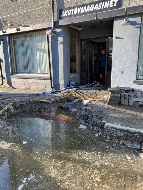 Slik så det ut utenfor sentrums bygget som huser Skotøymagasinet as for en uke tilbake. Butikken i bygget ved siden av fikk også vann inn i lokalene.