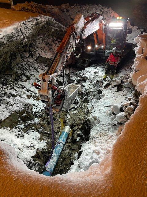 KRATER: Det var en utfordring å komme til vannledningen det hadde oppstått lekkasje på.