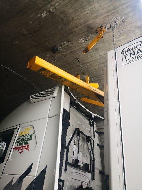 Høydemarkøren i Skarvbergtunnelen er påkjørt. Igjen.