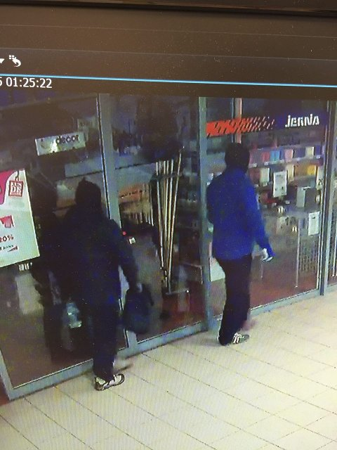 INNE: Her er dei to tjuvane komme seg inn i senteret via Jernia-butikken og er på veg mot Telekiosken. Som bildet frå overvåkingsvideoen viser er klokka 01.25 natt til onsdag 18. mars. Foto: video Amfi