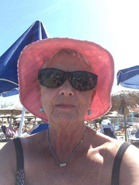 NYTER LIVET: Randi Huus Hovden veit ikkje korleis ho skal kome seg heim frå Kreta, men ser ikkje nokon grunn til å la det øydelegge ferien.