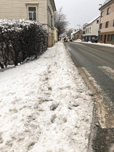 Snøen frå køyrebana i Markegata er brøyta opp på fortauet.