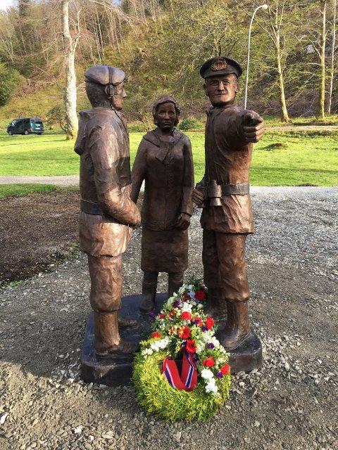 HELTAR: Dei lokale krigsheltane Atle Svardal, Sigrun Solberg og Dagfinn Ulriksen er sett på sokkel, på dagen 75 år sidan freden kom til Norge.