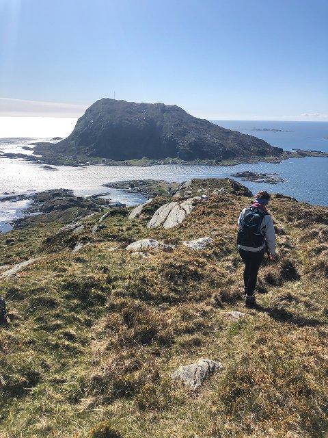 EIT EVENTYR: På veg ned frå Harefjellet på Reksta med Kinn midt i mot.