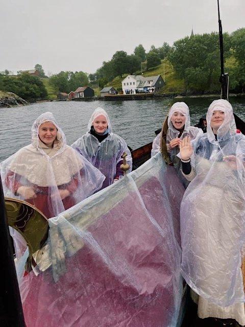 SUNNIVASEGLASEN: Elisabet Osdal (17 år), Dina Øien (18 år),  Victoria Lid (15 år) og Sunniva Aadland Høen (15 år)