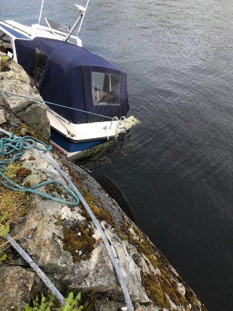 SKADD: Det er ein 25 fots fritidsbåt som tydeleg er skadd som no heng etter fortøyingane ved ei kai i Norddalsfjord.
