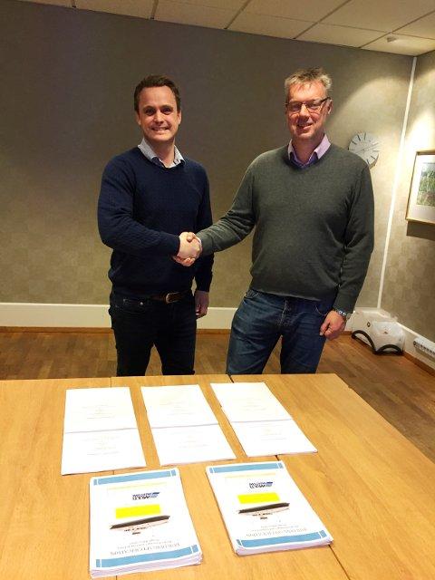 Salsdirektør ved Havyard Ship Technology, Lars Conradi Andersen, og Arild Austrheim, maritim teknisk direktør i Fjord1 under signeringa.