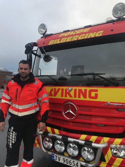 HEKTISK: Det vart ein lang og travel dag for karane i Førde Bilberging i går. Her er dagleg leiar Arild Tistel.