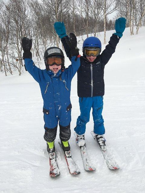 STOR STAS: Heine (6) og Isak (8) Tonning likar seg på ski.