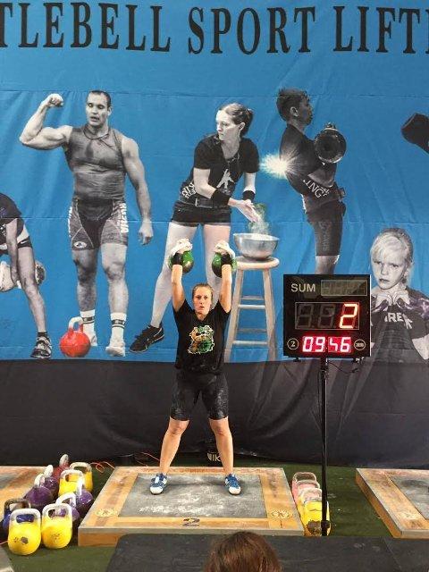 GULL: Mona Brede Aase løfta kulene 48 gongar og vann sin vektklasse i verdsmeisterskapen i kettlebells i California, USA. Her er ho heilt i starten av konkurransen.