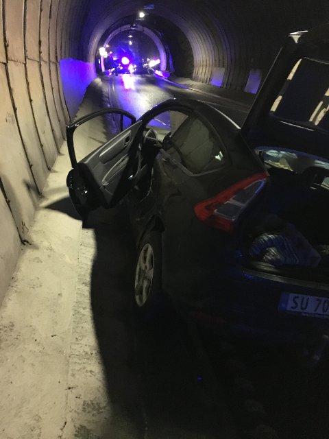 ULYKKA: Bilen til Marit Hammer og Arnulf Elle vart totaltvrak og fekk fronten knust. – Bildelar låg strødd over alt, seier Hammer.