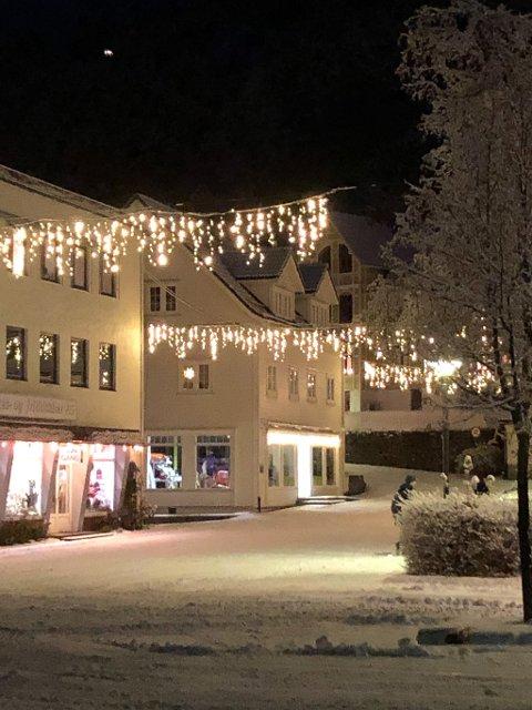 FINT: Sandane har fått seg ny julepynt. –Det treng vi, seier Kjell Morten Eide på Yrkes- og fritidsklær AS på Sandane. Slik ser det ut på kveldstid.