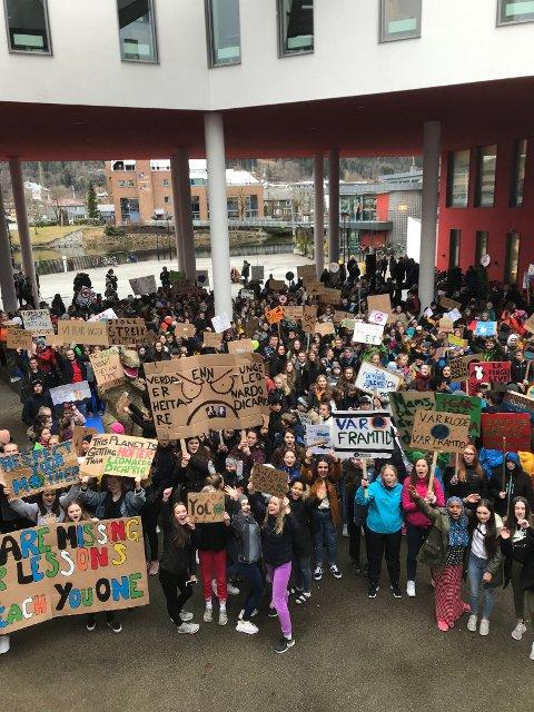 AKSJON: Skuleelevar demonstrerte under klimastreiken i Førde 22. Mars