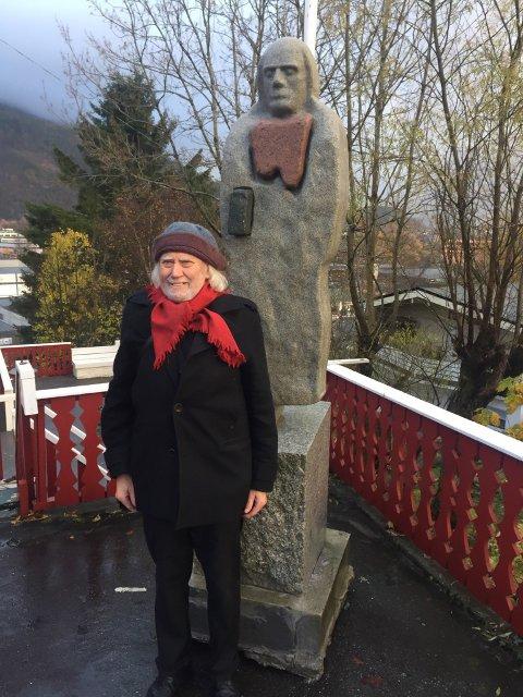 HEIMETRAKTER: Førde har fått endå ei statue av Oddvar Torsheim. – Han likar skulpturen, seier kunstnar Stig Eikaas.