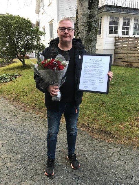 HEIDRA: Leiar i idrettslaget, Øyvind Lindelid mottok prisen frå leiar i nemnda for Fjalerprisen, Gudmund Solheim og ordførar Kjetil Felde.