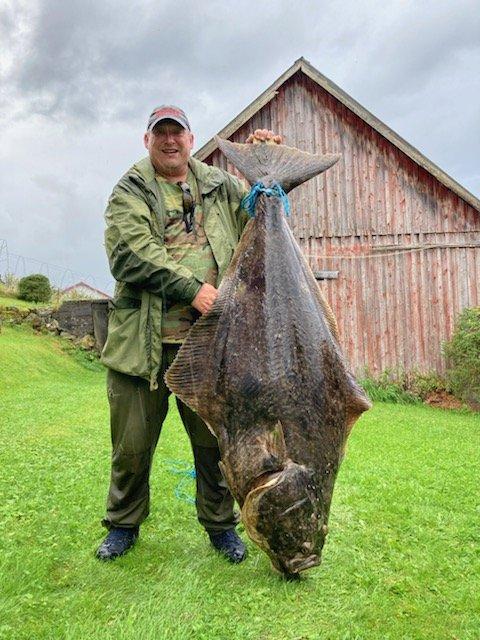 GIGANT: Kenneth Sørsdalog kveita som var 61 kilo tung og 163 centimeter lang.