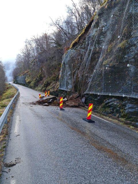 RAS: Fylkesveg 609 blei stengd natt til søndag, etter eit steinras ved Løvika.