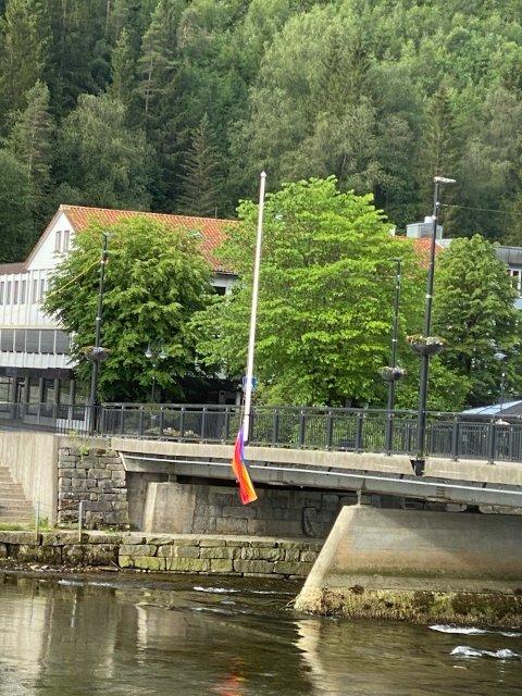RIVE NED: Pride-flagget på langebrua var eit trist syn søndag morgon.
