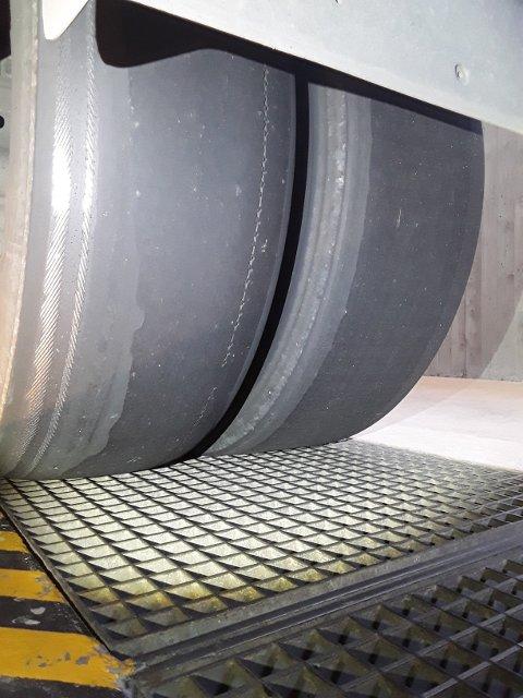 SLITNE DEKK: Eit vogntog som var inne til kontroll på Håbakken tysdag ettermiddag hadde to blankslitne drivdekk der stålkorden var synleg.