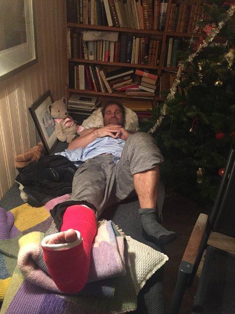 Sengeliggende: Julaften ble tilbragt med benet høyt på Hvaler, etter Vebjørn Sand knakk spolebenet i leggen på glatte Hvaler-svaberg.