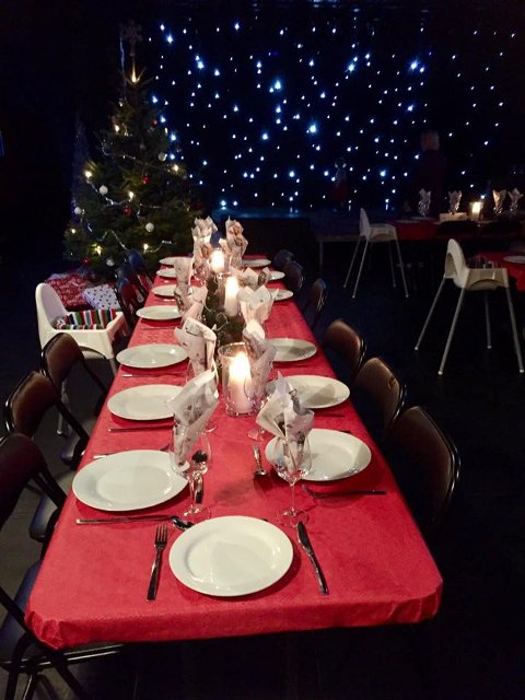 JULEFEIRING:Festdekket bord og pakker på plass under treet. Slik ser det ut når det klart for å feire julekveld på Barnas stasjon.  Dette bildet er fra 2016.