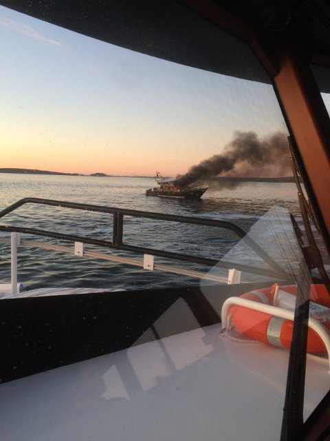 BRANN: Slik så det ut da redningsskøyta kom til brannen. (Foto: Alexander Åkerøy)