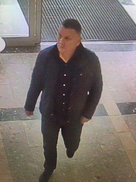 INNE PÅ SENTERET: Her er en av tyvene foreviget med et overvåkingskamera inne på kjøpesenteret.