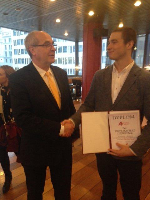 Piotr Matheus Ludwiczak (til høyre) får her overrakt en diplom på Konserthuset I Oslo lørdag kveld av den polske ambassadøren Stefan Czmur