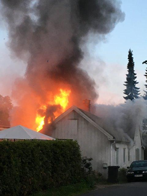 Flammene steg høyt til værs i den voldsomme brannen.