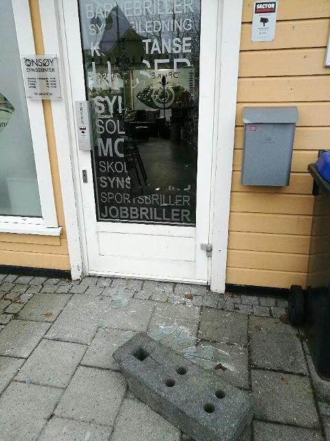 Innbruddsforsøk: Slik så det ut ved inngangen til Onsøy Synssenter da Truls Simonsen kom ut søndag morgen.
